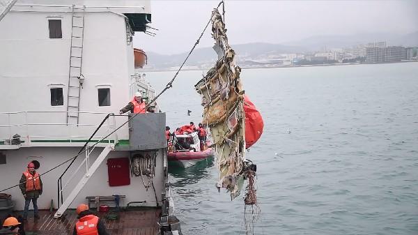 Rescatistas levantan una pieza del avión militar que se estrelló en el Mar Negro.(AFP).