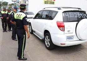Agentes de Tránsito advierten sobre sanciones a dueños de vehículos en venta en calles de Mazatenango, Suchitepéquez. (Foto Prensa Libre: Cristian Icó Soto)