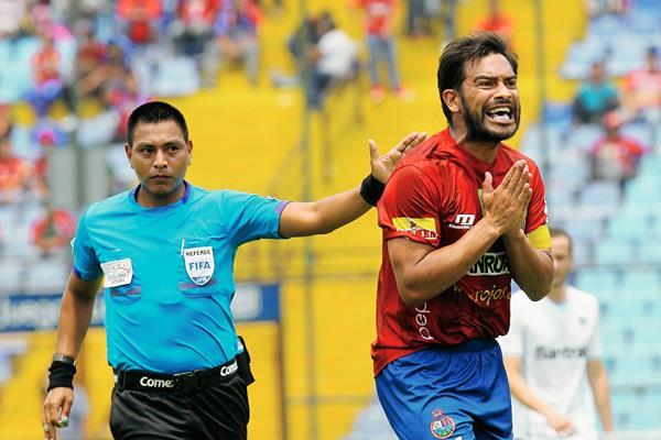 Walter López dirigió el Clásico 286 del balompié nacional, que terminó empatado 1-1. (Foto Prensa Libre: Óscar Felipe Q.)