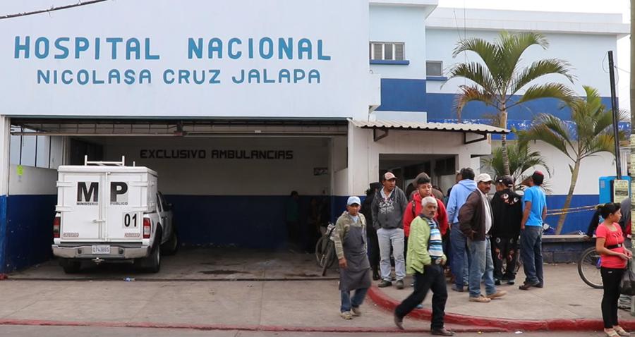La víctima murió en la entrada a la emergencia del Hospital Nacional de Jalapa. (Foto Prensa Libre: Hugo Oliva)
