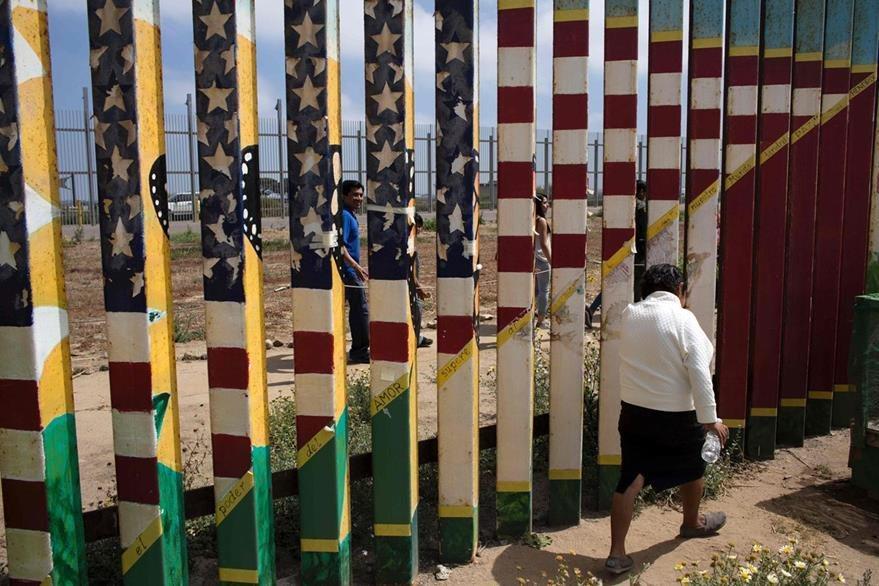 Un hombre camina cerca de la frontera. (Foto Prensa Libre: AFP).