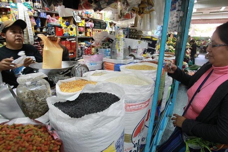La CBA debe cubrir el consumo familiar de 26 alimentos definidos por el INE (Foto Prensa Libre: Hemeroteca PL)