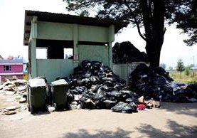 Basura permanece acumulada en las afueras del HRO, en Quetzaltenango. (Foto Prensa Libre: EFE).
