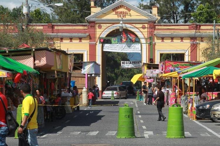 El Cementerio General en la zona 3, es uno de los que más visitantes recibe en esta fecha. (Foto Prensa Libre: Estuardo Paredes)