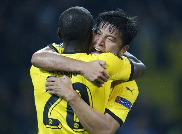 El defensor coreano del Borussia, Park Joo-Ho, a la derecha, celebra su agónico gol con el colombiano Adrián Ramos (Foto Prensa Libre: AFP)