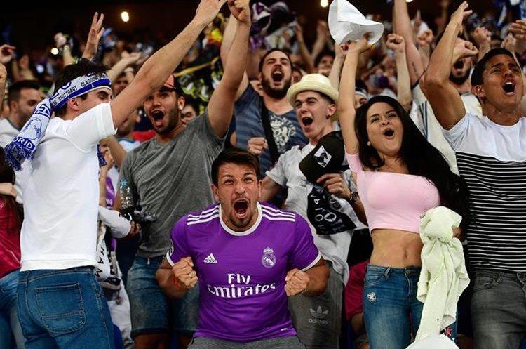 Seguidores del Real Madrid gritaron a todo pulmón los goles de  los merengues. (Foto Prensa Libre: AFP)