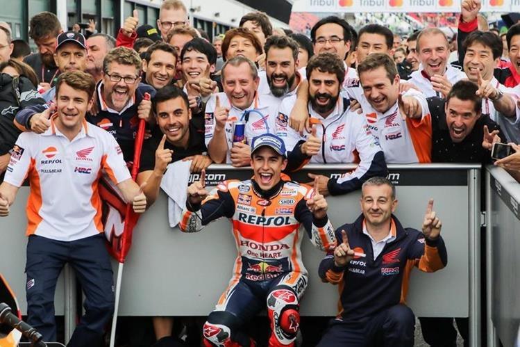 Marc Márquez festeja con los miembros de su equipo, Repsol Honda luego de ganar el Gran Premio de San Marino. (Foto Prensa Libre: EFE)