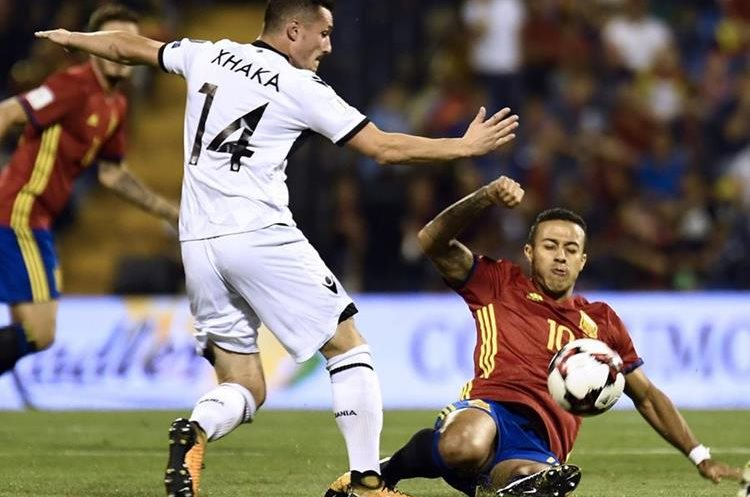 Taulant Xhaka intenta dominar el balón ante marca de Thiaco Alcantara. (Foto Prensa Libre: AFP)