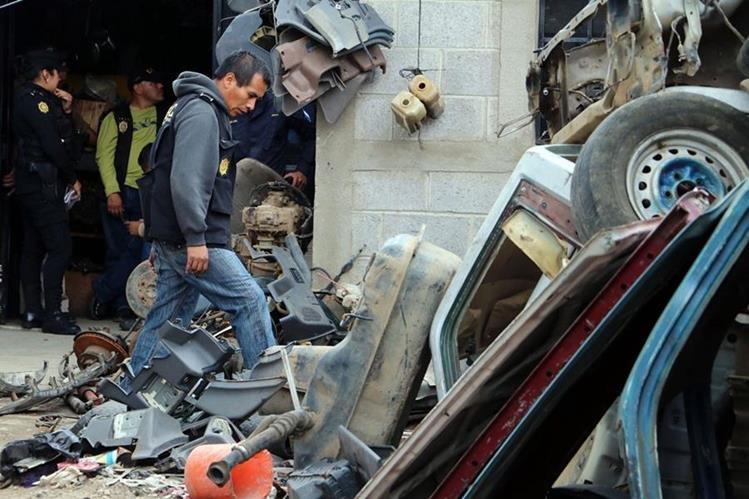 Algunas de las piezas de carro localizadas en la zona 2 de Quetzaltenango. (Foto Prensa Libre: Carlos Ventura).