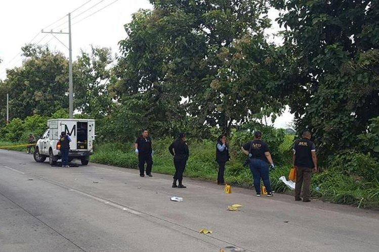 El cuerpo de Nancy Yanira Argueta Güitz, de 31 años, originaria de El Tejar, Chimaltenango, fue localizado en la orilla de la carretera, en la autopista a Puerto Quetzal, Escuintla. (Foto Prensa Libre: Carlos Paredes)