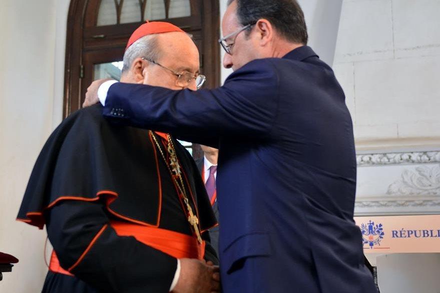 Francois Hollande (derecha), impone la condecoración Legión de Honor al cardenal cubano Jaime Ortega. (Foto Prensa Libre: AFP).
