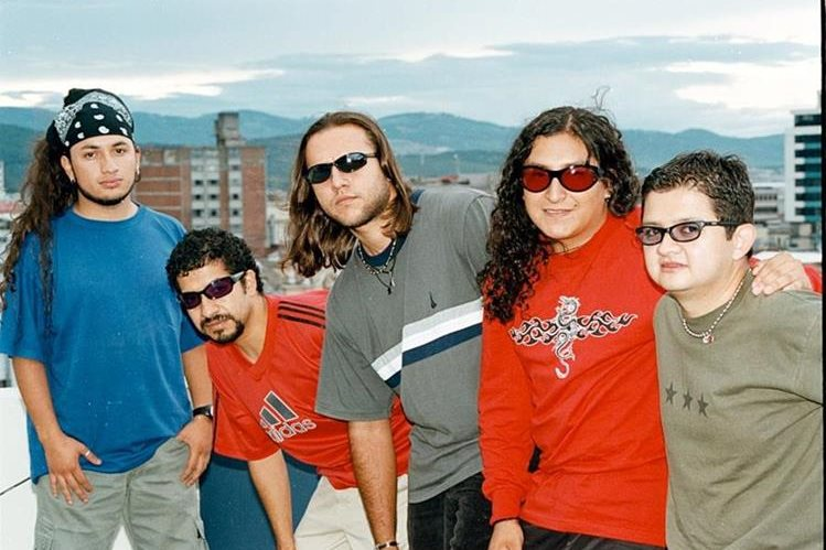 Ricardo Andrade -cuarto de izq. a der.-, junto a sus compañeros de Los Últimos Adictos. (Foto: Hemeroteca PL).