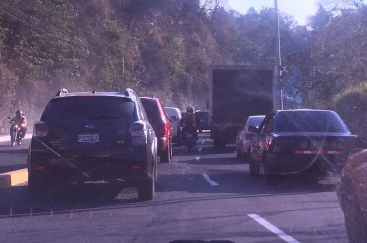 Congestionamiento en la calzada La Paz, bajo el puente Belice. Foto Prensa Libre: @mandrems_