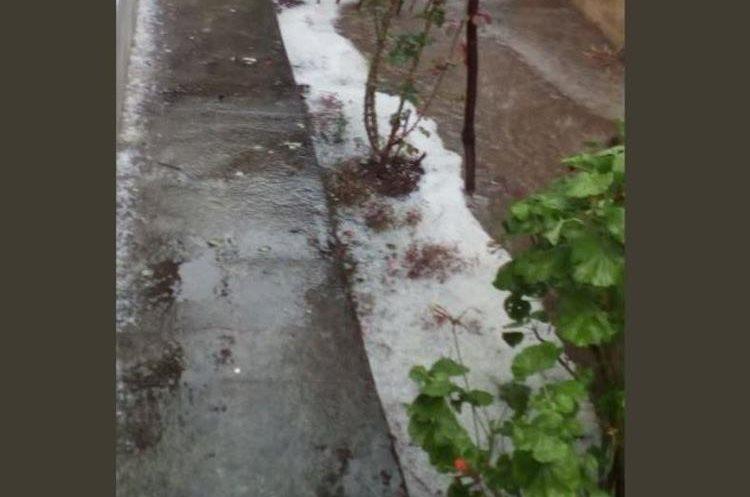 Granizo que cayó en sectores de Villa Nueva. (Foto Prensa Libre: @express_foto).