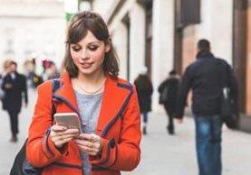Caminar y escribir un mensaje de texto... ¿quién no lo ha hecho? (WILLIAM PERUGINI/GETTY IMAGES)