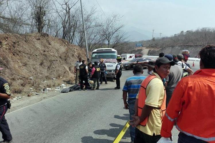 Personal del Ministerio Público levanta el cuerpo de la mujer que murió en el percance.(Foto Prensa Libre: Hugo Oliva)