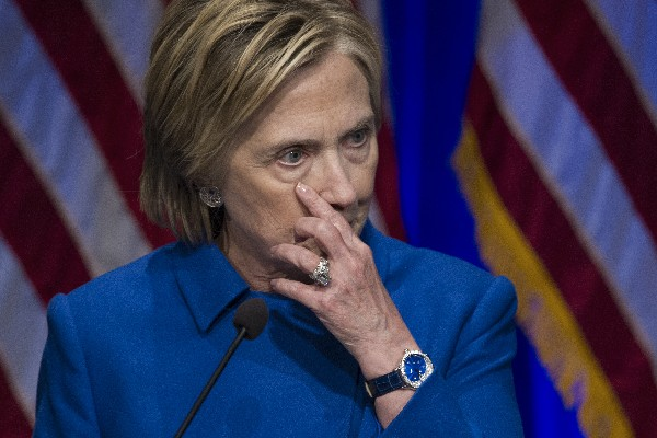 Hillary Clinton reconoce la dificultad para sus seguidores para aceptar el revés electoral.(AP).