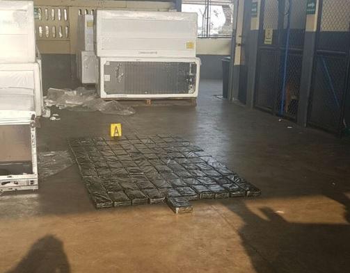 Paquetes de droga que fueron localizados en el interior de un contenedor en Puerto Quetzal, Escuintla. (Foto Prensa Libre: Cortesía)