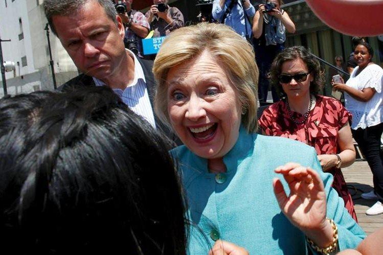 La candidata presidencial demócrata, Hillary Clinton, saluda a una seguidora después de un discurso en Atlantic City, Nueva Jersey. (Foto Prensa Libre: AFP).