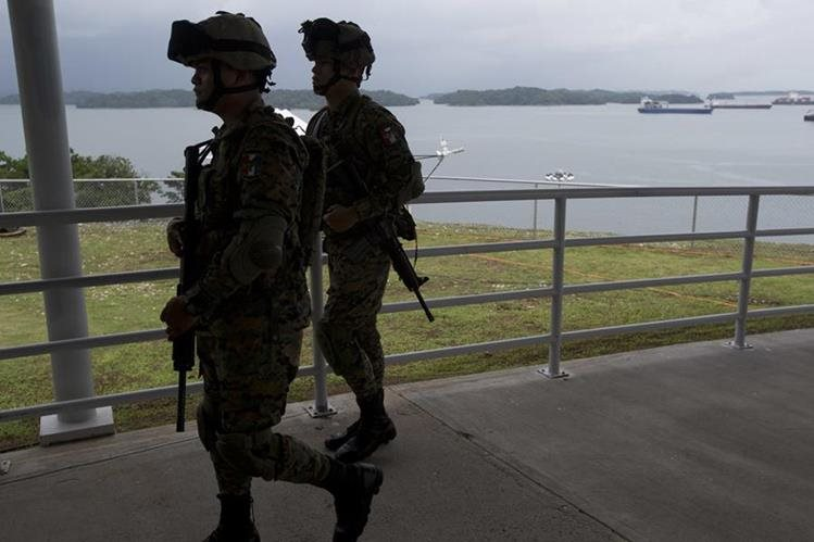 Agentes vigilan las esclusas Agua Clara durante una prueba del Canal de Panamá, previo a la inauguración del domingo. (Foto Prensa Libre: AP).