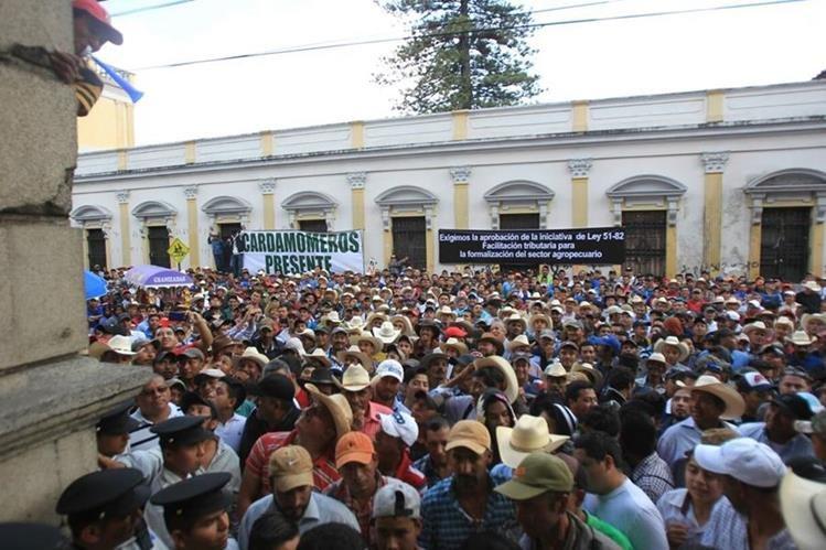 Ganaderos y caficultores protestan frente al Congreso para aprobar iniciativa de ley 5182. (Foto Prensa Libre: Esbin García)