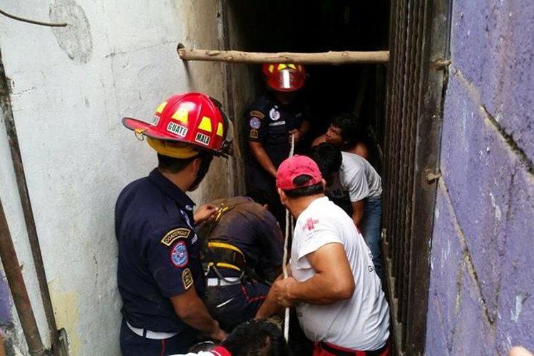 Socorristas trabajan para rescatar el cadáver de Luisa Maribel Joge Santizo. (Foto Prensa Libre: Alexander Coyoy)