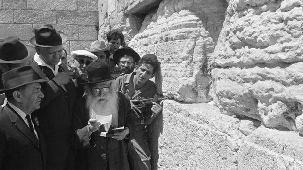 El triunfo en la Guerra de los Seis Días permitió a los judíos volver a rezar junto al Muro de los Lamentos. GETTY IMAGES