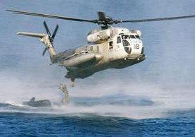 La Guardia Costera de EE. UU. intensifica la búsqueda de los dos helicópteros. (Foto Prensa Libre: AP).