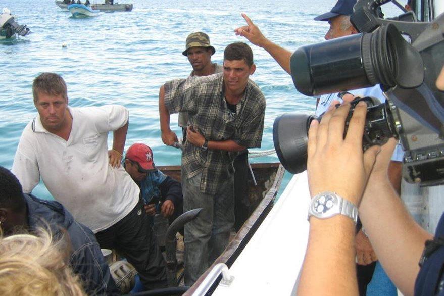 Imagen del 2005 que muestra a 17 balseros cubanos rescatados por elementos de la Armada de México, en las costas de Estado de Quintana Roo. (Foto Prensa Libre: EFE)