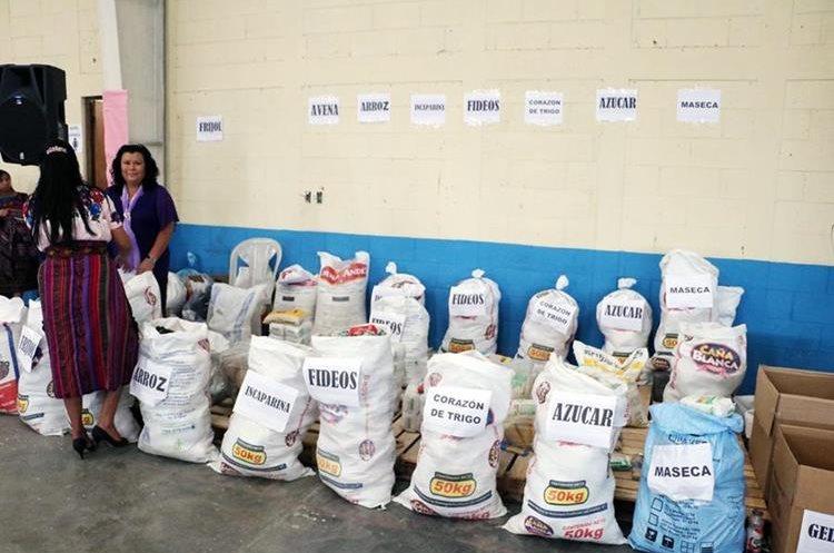 Una integrante de la Iglesia Adventista del Occidente recibe los alimentos que donaron las asistentes.(Foto Prensa Libre: Carlos Ventura)