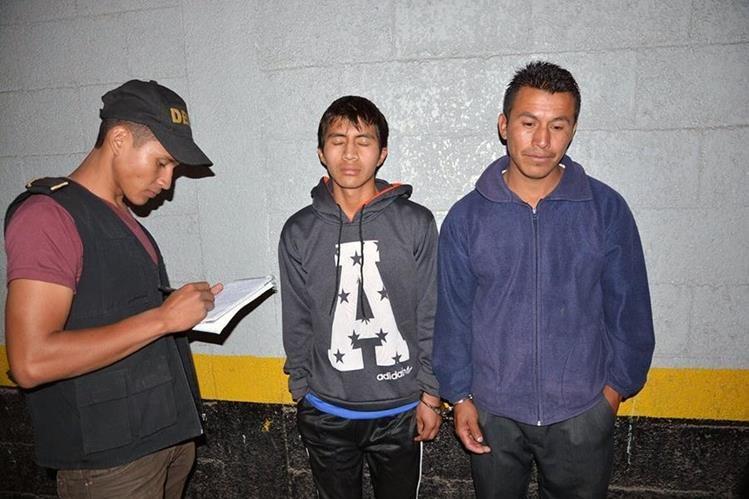 Autoridades retienen a señalados de haber operado una radio ilegal. (Foto Prensa Libre: Carlos Ventura)
