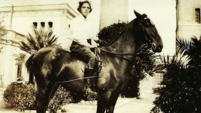 Caridad, hacia 1910. Caridad era una magnífica amazona y se jactaba de haber sido la primera mujer española en cabalgar a horcajadas. CORTESÍA DE JEAN DUDOUYT