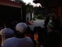Vecinos observan los cadáveres de abuela y nieto en una de las calles de Sanarate, El Progreso. (Foto Prensa Libre: HUgo Oliva)
