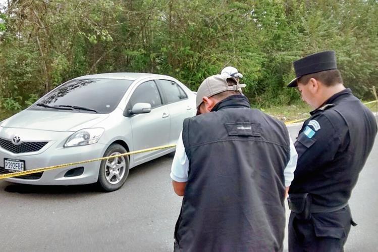 El vehículo en el que viajaba Tránsito Aroldo González Martínez presentan al menos 20 perforaciones de bala. (Foto Prensa Libre: Rigoberto Escobar)