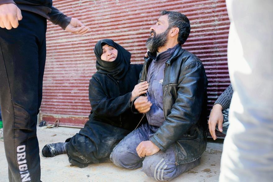 Una pareja luce en el suelo, conmocionada por sentir de cerca los bombardeos del gobierno sirio a los rebeldes en Alepo. (Foto Prensa Libre: AFP).