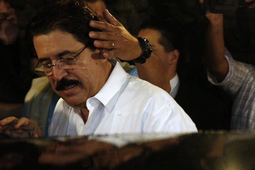 El presidente de Honduras, Manuel Zelaya ingresa a un vehículo que lo llevará al Aeropuerto Juan Santamaría en Costa Rica el 28 de junio de 2009. (Foto: EFE)
