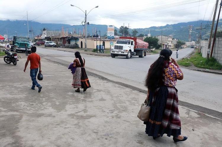 Varios de Palajunoj tuvieron que caminar para llegar a sus destinos. (Foto Prensa Libre: Carlos Ventura)