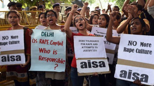Mujeres protestando en Nueva Delhi contra el abuso sexual extendido en India, en octubre de 2015. (GETTY IMAGES).