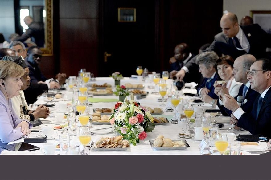 Ángela Merkel (izquierda) y Francois Hollande (derecha) conversan durante un almuerzo ofrecido en Malta en el marco de la cumbre sobre inmigración. (Foto Prensa Libre: AFP).