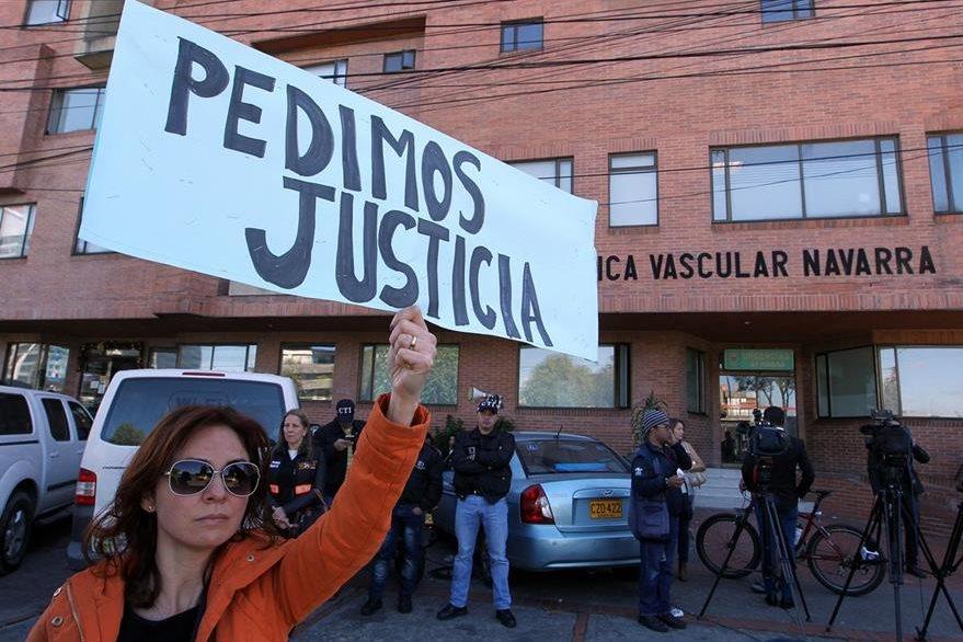 Un grupo de personas protesta frente a la clínica Navarra donde se encuentra el supuesto violador y asesino de la niña. (Foto Prensa Libre: EFE).