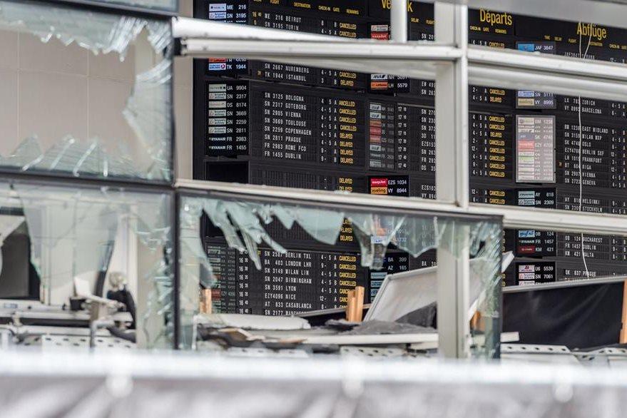 Vidrios rotos en el aeropuerto de Bruselas. (Foto Prensa Libre: AP).