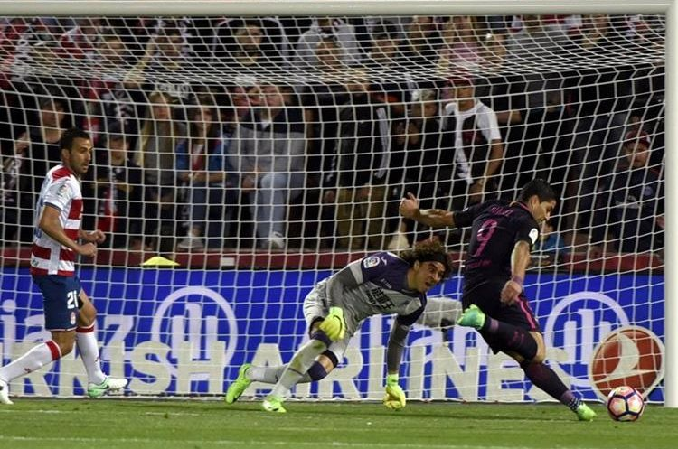 Ochoa comenzó bien pero el Barcelona le amargó la tarde con cuatro goles. (Foto Prensa Libre: EFE)