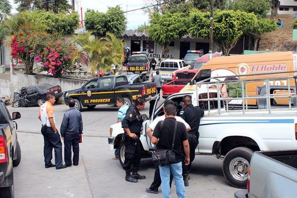 <p>Homicidas lanzaron los cadáveres en el km 39 de la ruta al Atlántico. (Foto Prensa Libre: Hugo Oliva)<br></p>