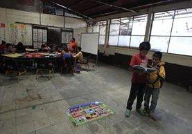 A pesar de sus labores en los mercados y sus alrededores los niños no dejan de asistir a sus clases.(Foto Prensa Libre:Carlos Ovalle)