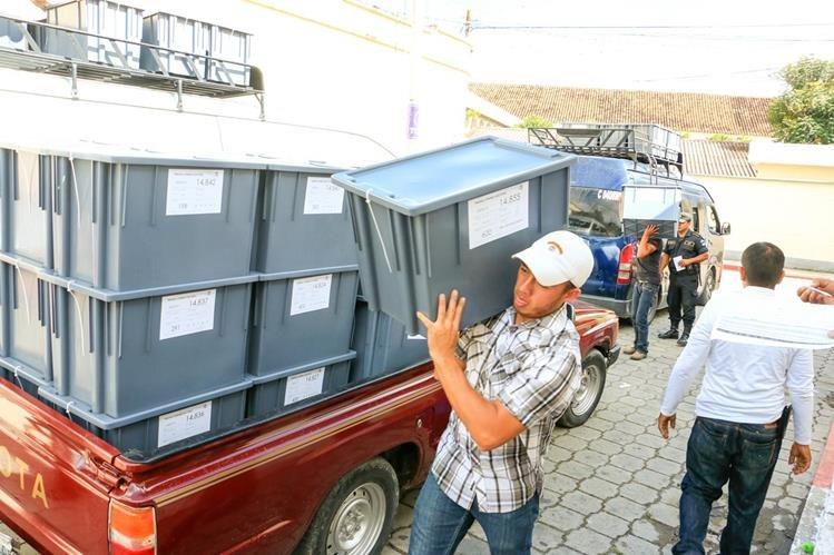 Cajas con insumos para las elecciones generales son descargadas por personal del TSE en Baja Verapaz. (Foto Prensa Libre: Carlos Grave)