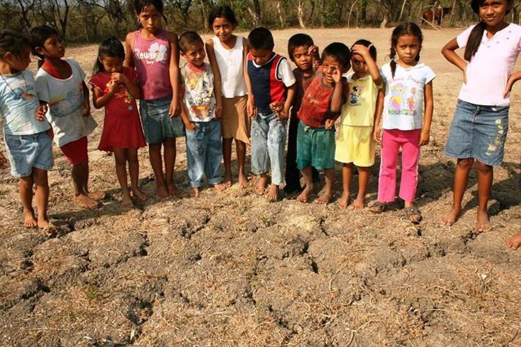 Sin imaginar la magnitud del problema, este grupo de niños posa frente a una zona árida de Santa Rosa. (Foto Prensa Libre: Oswaldo Cardona)