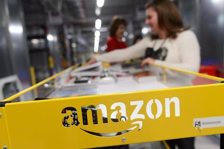 Los usuarios deberán elegir entre tres y quince prendas en el catálogo de Amazon,y recibirán una caja que se puede volver a cerrar para hacer devoluciones. (Foto Prensa Libre: EFE)