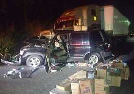 La mercadería que transportaba el vehículo quedó esparcida en la carretera. (Foto Prensa Libre: Cristian Icó)