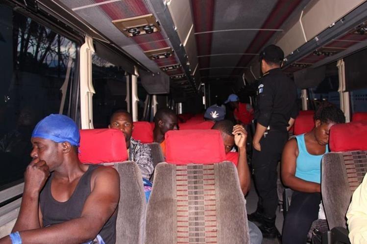 Indocumentados son interceptados por la PNC en Palín, Escuintla. (Foto Prensa Libre: PNC)
