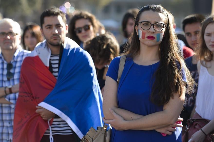 Una francesa llora este domingo, cuando se cumplen tres días de duelo en su país. (Foto Prensa Libre: AFP).